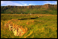 Utesy nad osadou Cleadale na severu ostrova Eigg