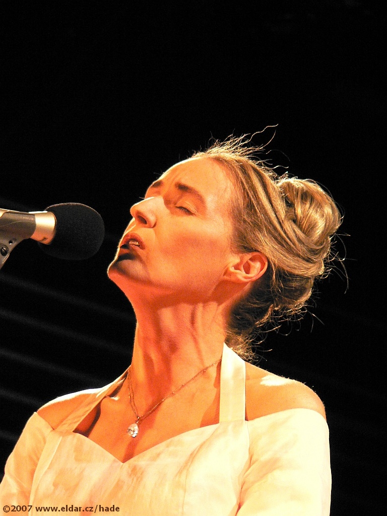 http://eldar.cz/hade/galerka/08_04_07/lisa_gerrard.jpg